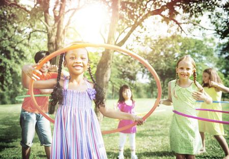 jugar: Niños jugando aro Alegre Concepto Ejercicio