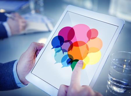 Geschäftsmann Suchen Sprechblasen Kommunikationskonzept Standard-Bild