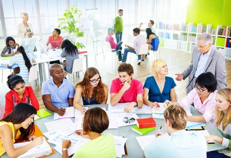 salon de clases: Grupo de estudiantes en la discusi�n del concepto Aula