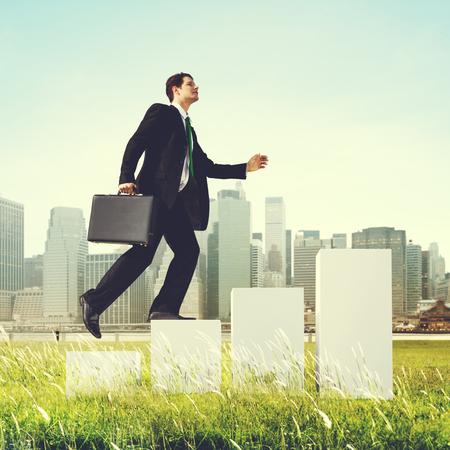 crecimiento: Hombre de negocios que sube para arriba Pasos Aire libre Concepto Foto de archivo