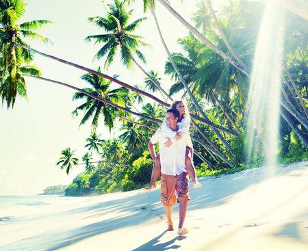pareja enamorada: Pareja relajante playa vacaciones de verano concepto de vacaciones