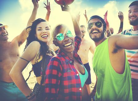 gente bailando: Amigos Summer Beach Party Festival Concepto