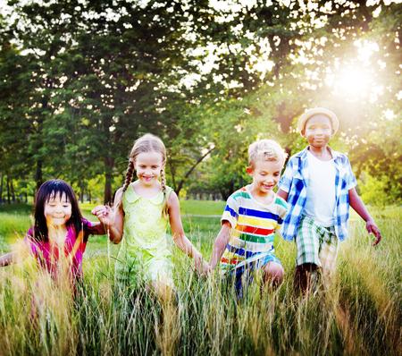 manos entrelazadas: Diversidad niños Amistad Niñez Alegre Concepto Foto de archivo