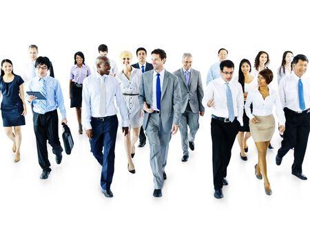 diversidad: Hombres de negocios diversos que se mueven adelante Concept