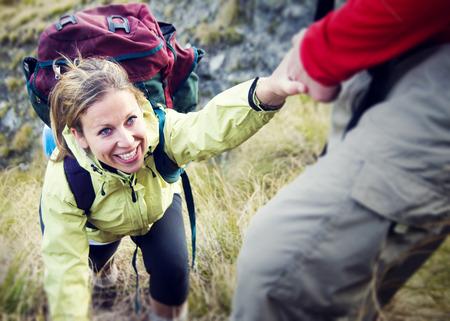 escalando: Pareja Senderismo Ayudar Escalada Concepto Montaña
