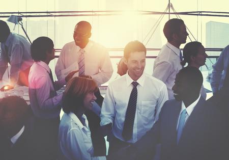 empleados trabajando: Grupo de diverso de las personas Concepto ocupado Multiétnico