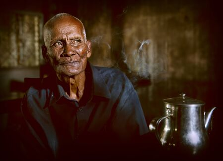 bald man: Ola casa de té Hombre Solitario sabiduría de Camboya Concepto Foto de archivo