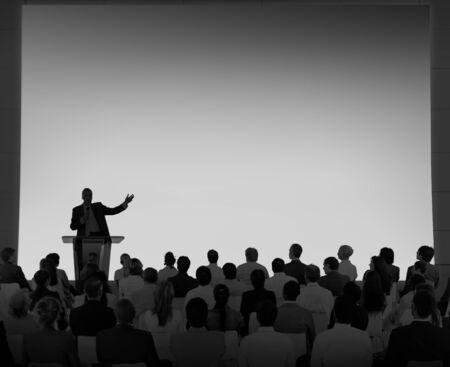 iluminado a contraluz: Grupo Las personas de negocios que escucha del habla Concepto Comunidad
