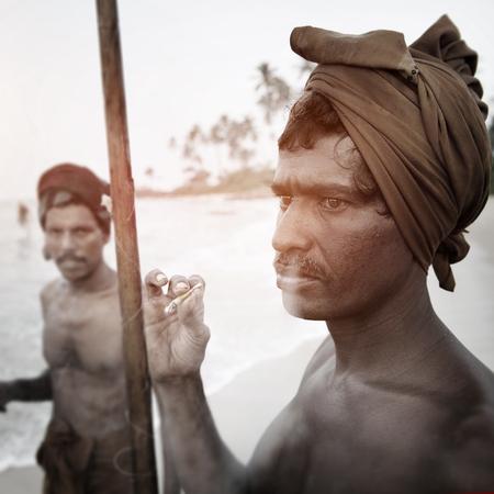 un p�cheur: Fisherman Smoking Shore Sri Lanka Rod Concept p�che Banque d'images