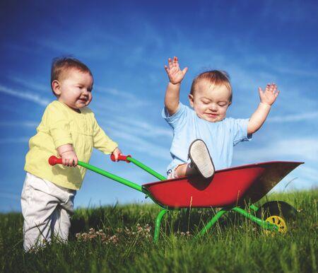 niño empujando: Bebés Niños Diversión Concepto Jugar