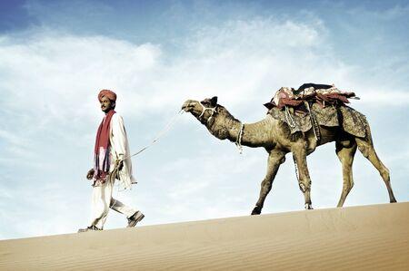 camello: Hombre indio indígena del desierto andar en camello Concepto Foto de archivo