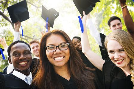 estudiantes de secundaria: Graduación de Estudiantes de la Universidad de Inicio Grado Concepto Foto de archivo