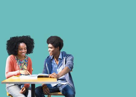 pareja de adolescentes: Los estudiantes africanos estudian Educación Aprendizaje
