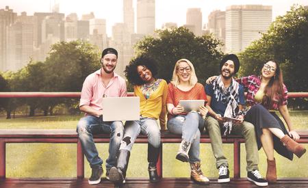 junge nackte frau: Jugend Freunde Freundschaft Technologie Zusammen Konzept