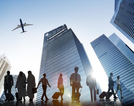企業を歩くビジネスマン旅行飛行機コンセプト
