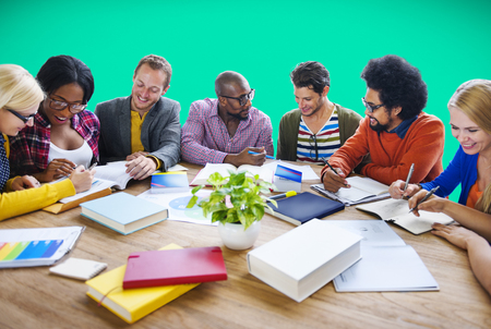 aprendizaje: Trabajo en equipo ocasional Discusión Lluvia Aprendizaje Concepto Foto de archivo