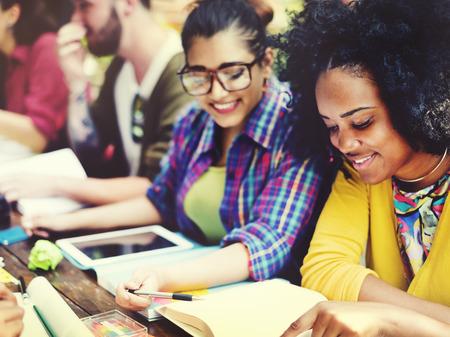 estudiantes: Gente diversa que estudia Estudiantes Campus Concepto Foto de archivo