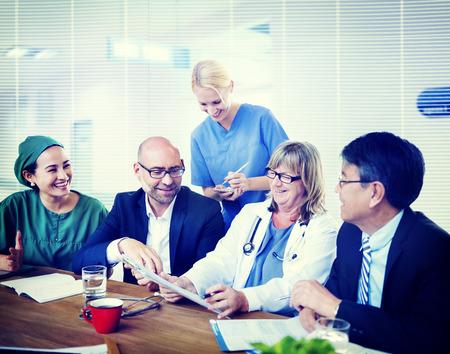grupo de médicos: Grupo de médicos generales que tienen una reunión.