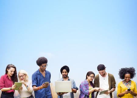 diversidad: Estudiantes diversos que estudian junto Concepto de la tecnolog�a Foto de archivo