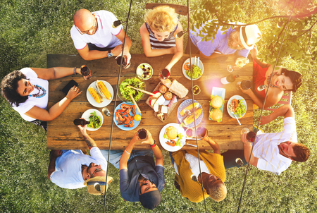 livsstil: Vänner Vänskap Outdoor Middags människor Koncept