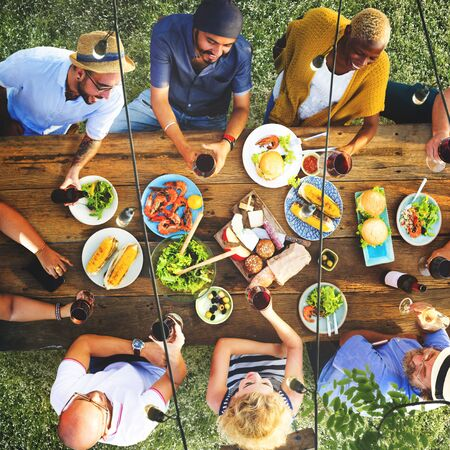 amistad: Amigos Amistad cenar al aire libre Salir Concepto Foto de archivo
