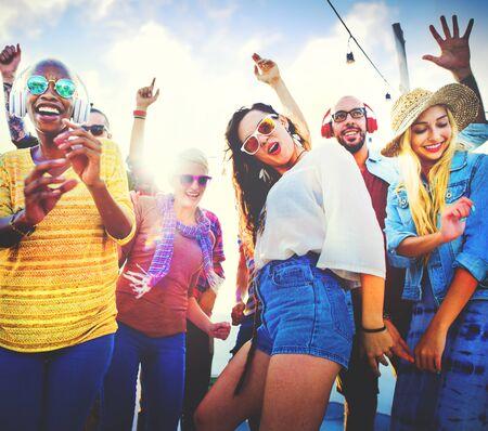 multitud: Amistad Bailar Felicidad Vinculaci�n Beach alegre Concepto Foto de archivo