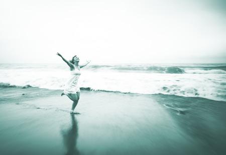 libertad: Relajación de la mujer joven Playa Libertad Solitario Concepto
