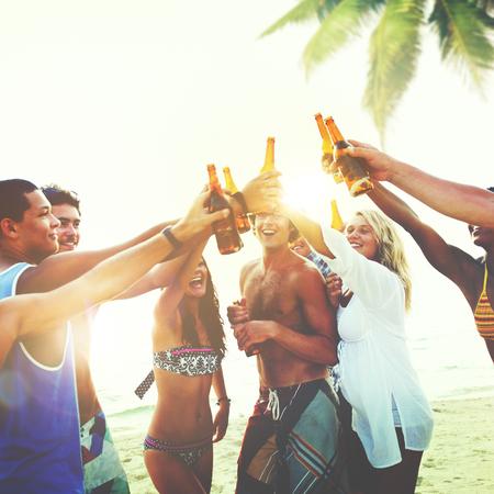grupo de hombres: Amigos Beach Party Drinks Tostada de la celebración Concept