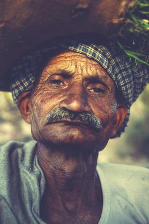 volto uomo: Indigena anziano uomo indiano Grumpy Camera Concetto