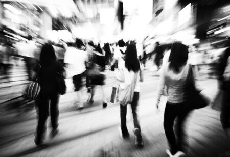 senda peatonal: Pasarela peatonal del paso de peatones Atestado Consumismo Concepto Foto de archivo
