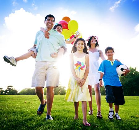 家族の活動屋外ピクニック リラクゼーション コンセプト