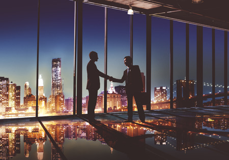 dando la mano: 2 hombres de negocios Multi-ethnic que sacuden las manos Concepto