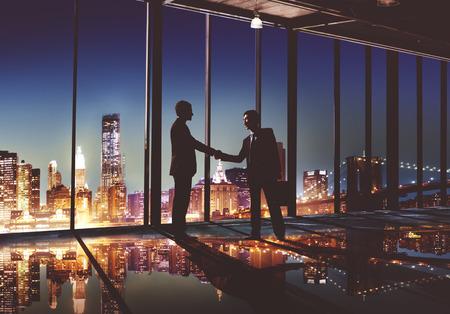 2 Multikulturelle Geschäftsleute Händeschütteln Konzept