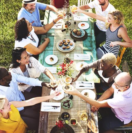 다양한 사람들 오찬 야외 음식 개념 스톡 콘텐츠