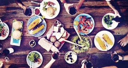 familia cenando: Amigos Amistad cenar al aire libre Concepto