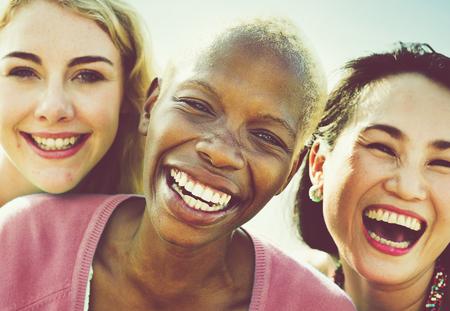 femmes souriantes: Bonheur Girlfriends Parti Amitié été Concept