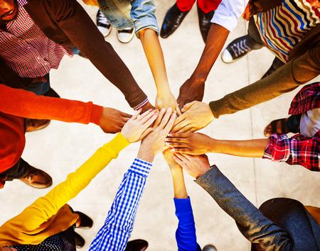 la union hace la fuerza: Grupo de diversa gente multi�tnica equipo del concepto