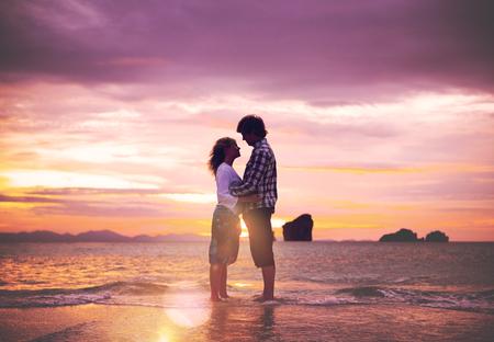 カップル愛ビーチ ロマンス一体コンセプト