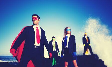 confianza: Superh�roes de negocios en el concepto confidente playa