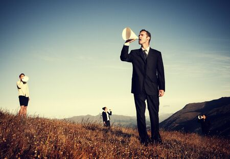 megafono: La gente de negocios gritando por megáfono de papel Concepto