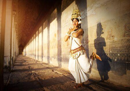 vestidos de epoca: Un bailarín joven posando para un concepto de imagen