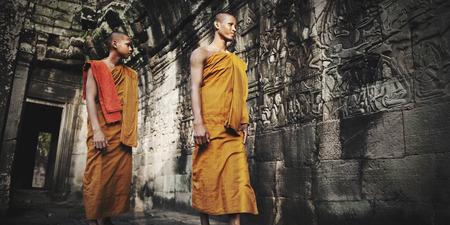 moine: Contempler Monk au Cambodge Culture Concept Banque d'images