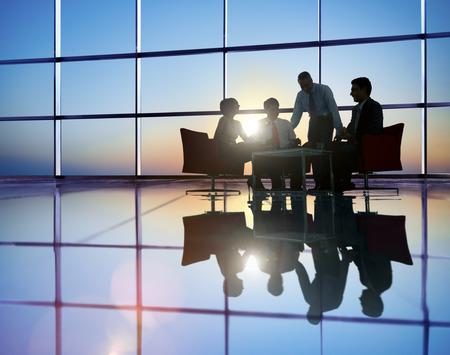 liderazgo empresarial: Grupo de hombres de negocios reunión en Contraluz Concepto