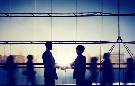 saludo de manos: Businessm del apret�n de manos de felicitaci�n corporativa Concept Comunicaci�n
