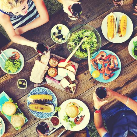 uomo rosso: Casual persone Mangiare Insieme All'aperto Concetto Archivio Fotografico