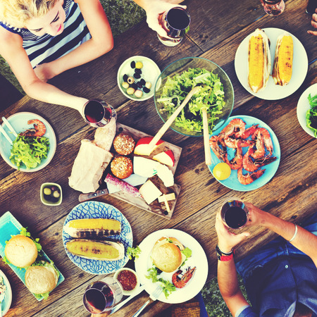 hombre rojo: La gente casual comer juntos al aire libre Concepto Foto de archivo