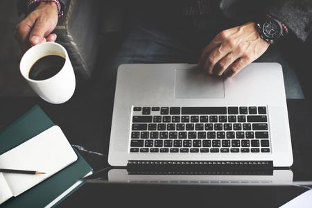trabajando en casa: El hombre de negocios usando la computadora port�til de trabajo Concepto de pensamiento Foto de archivo