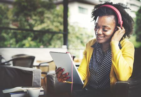 Afrikanischer Herkunft Zuhören Musik Lifestyle-Konzept Standard-Bild - 49168979