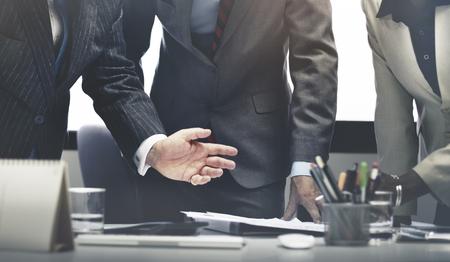 チームワークの成功の概念をブレーンストーミング ビジネス人々