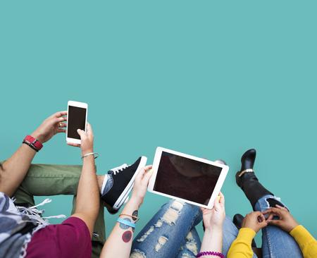 人々 技術オンラインのソーシャル メディア タブレット